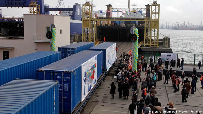 Корупція митників та податківців: від українського прем'єра вимагають дій