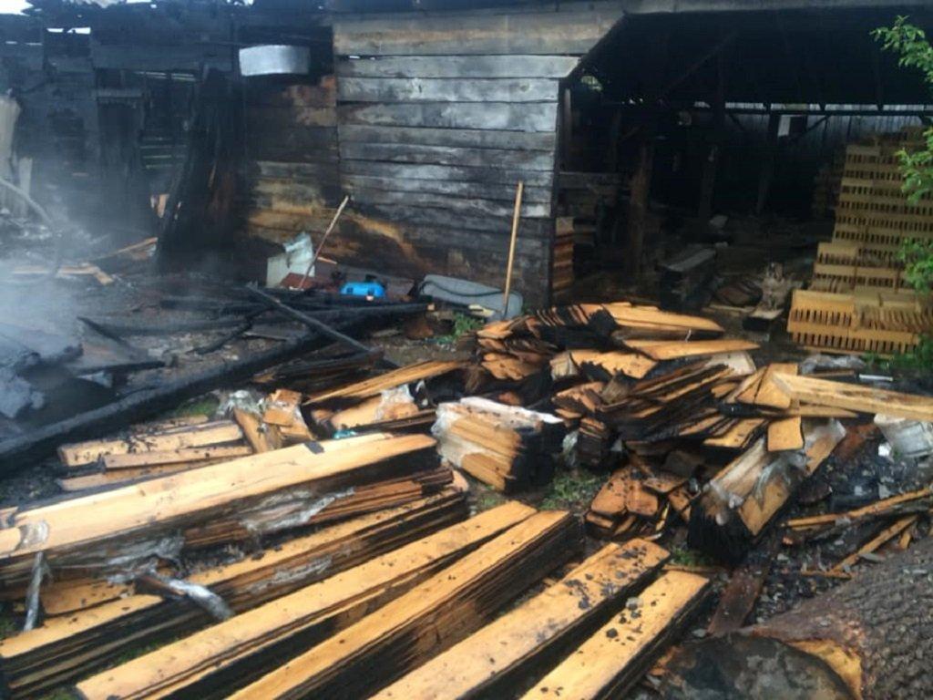 На Тернопільщині вогонь охопив цех з деревиною (фото)