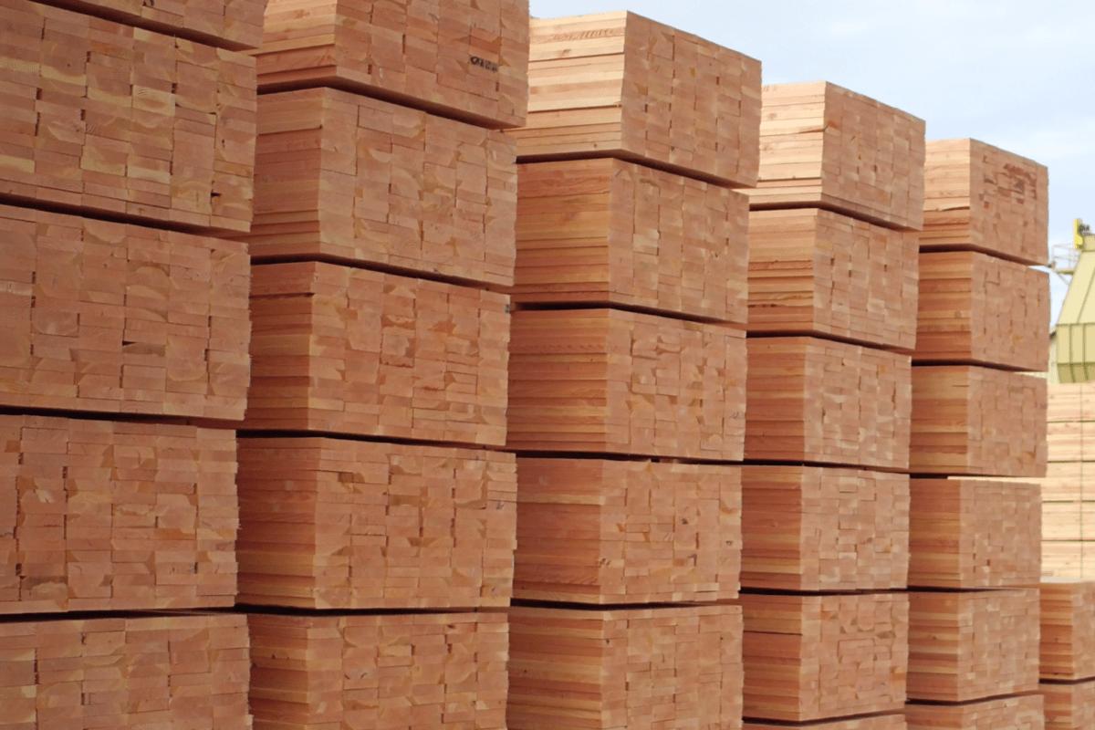 Стабильное производство хвойных пиломатериалов в США  и резкое падение в Канаде
