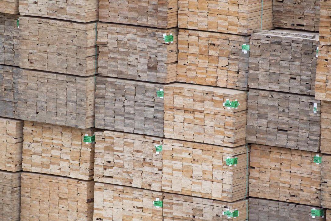 Проблемы канадских лесопильных заводов повышают цены на пиломатериалы