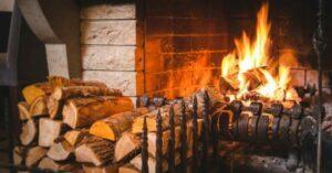 В Великобритании запретят торговлю углем и непросушенными дровами для каминов