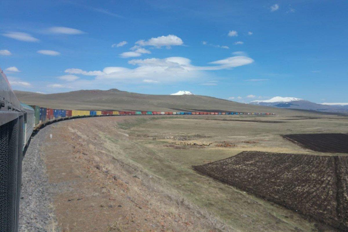 You are currently viewing Самый длинный грузовой поезд на железной дороге Баку-Тбилиси-Карс отправляется из Турции  в Среднюю Азию