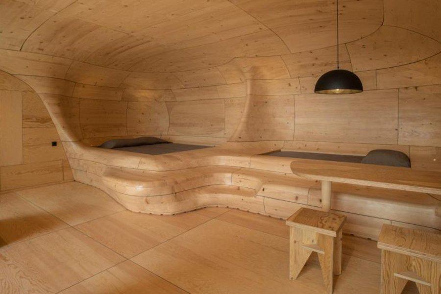 Деревянный отель в форме пещеры изготовлен из тысячи деталей из ели ручной обработки