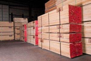 Продажи пиломатериалов хвойных пород остаются высокими во время обычного сезонного спада