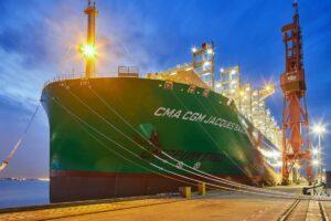 Контейнеровоз, работающий на СПГ, прибыл в порт