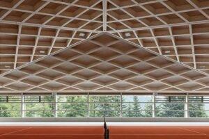 Геометрические деревянные крыши покрывают теннисные корты Diamond Domes в Швейцарии