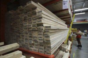 Покупатели пиломатериалов либо платят, либо лишаются запасов на фоне всплеска жилищного строительства в США