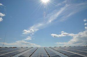 Read more about the article Один из крупнейших солнечных парков в Швеции на крыше Komatsu Forest.