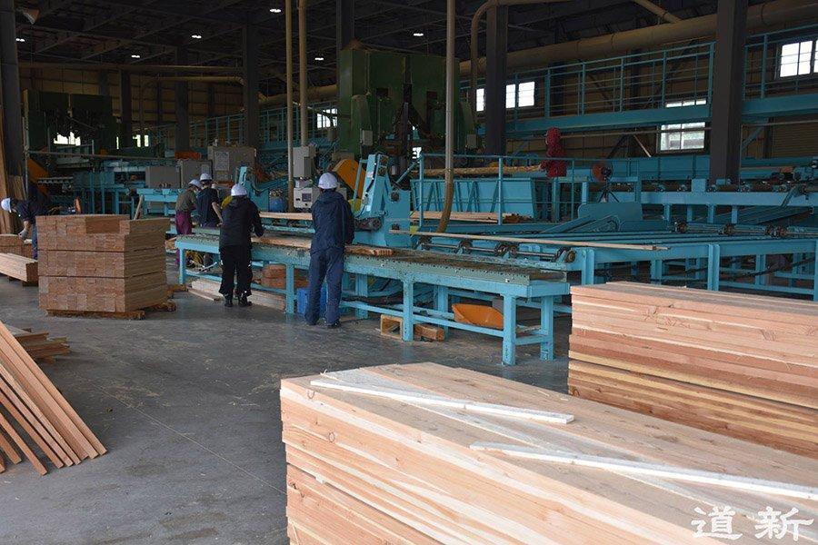 You are currently viewing Компании по производству пиломатериалов на Хоккайдо изо всех сил пытаются увеличить производство, несмотря на стремительный рост цен