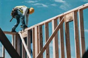 Read more about the article Впечатляющий обвал цен на пиломатериалы может стать хорошей новостью для покупателей жилья